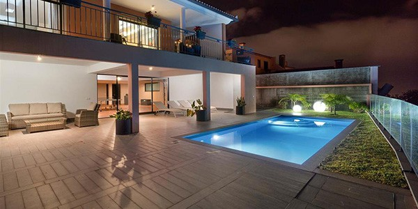 villa-liliana-funchal-madeira-villa-with-pool-night-shot