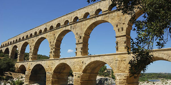 avignon-pont-du-gard-istock